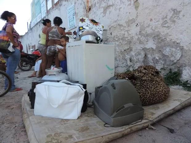 Moradores tentam recuperar objetos após fogo ter sido controlado (Foto: Luna Markman/G1)