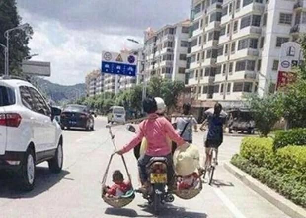 Mulher foi fotografada carregando os filhos em cestas equilibradas nos ombros na China (Foto: Reprodução/Weibo/sxgsjjszd)