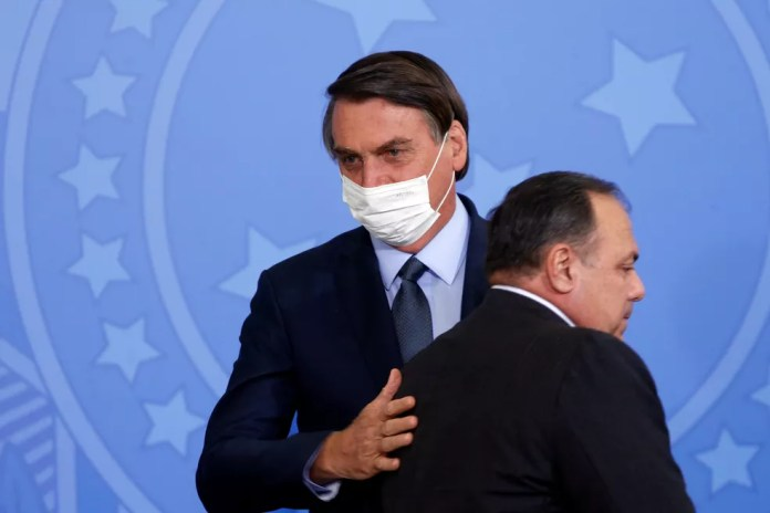 O presidente Jair Bolsonaro e o ex-ministro da Saúde Eduardo Pazuello — Foto: Adriano Machado/Reuters