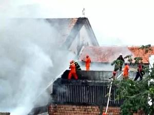 Incêndio destrói distribuidora e atinge outros prédios no Centro de Manaus (Foto: Orlando Jr./Rede Amazônica)