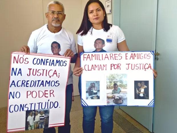Irmão e filha da vítima acompanharam o julgamento com cartazes relembrando momentos do agricultor  (Foto: Quésia Melo/ G1)