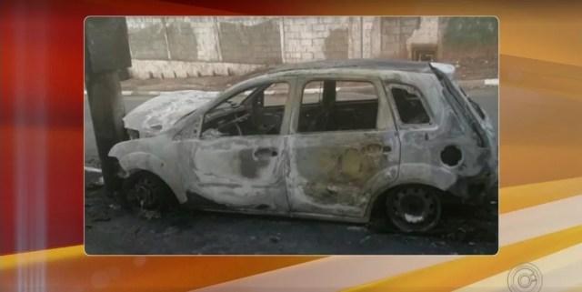 Carro usado por ladrões para fugir foi encontrado incendiado em Itupeva (Foto: Reprodução/TV TEM)