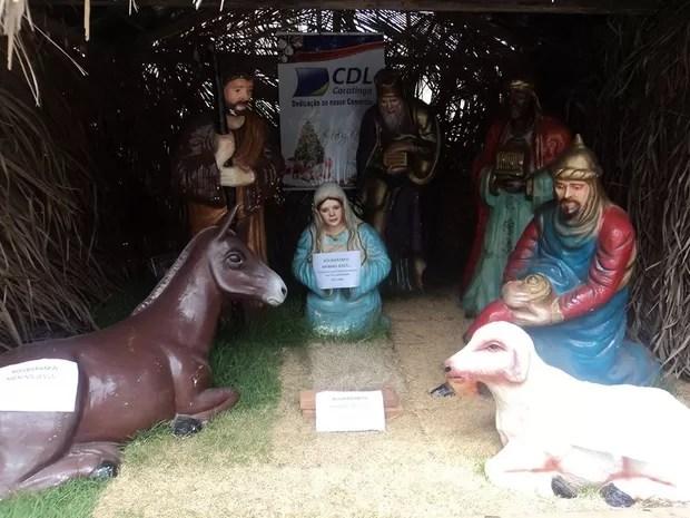 Cartazes foram colados nas peças do presépio pedindo a volta do menino Jesus (Foto: Willians de Freitas/ Arquivo Pessoal)