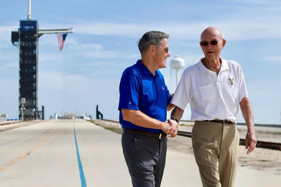 Michael Collins, à direita, conversa com o diretor do Centro Espacial Kennedy em sua visita ao Complexo de Lançamentos 39A, na Flórida — Foto: Frank Michaux/NASA