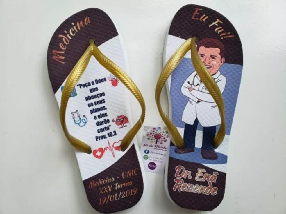 A família de Enã customizou itens, como chinelos, para homenagear o jovem nos eventos de formatura — Foto: Arquivo pessoal