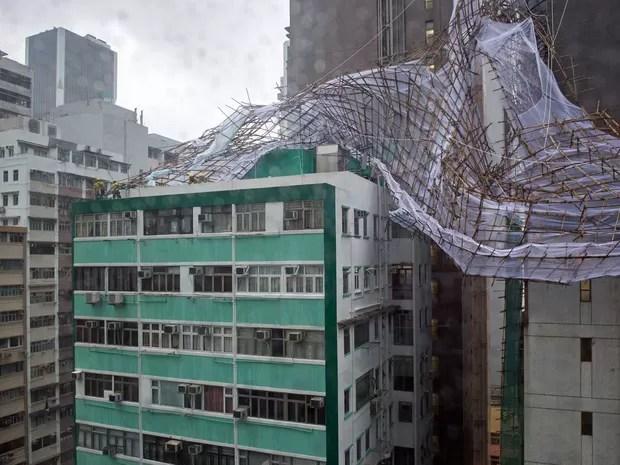 Força do vento derrubou andaimes de bambu de prédio em Hong Kong (Foto: Anthony Wallace / AFP Photo)