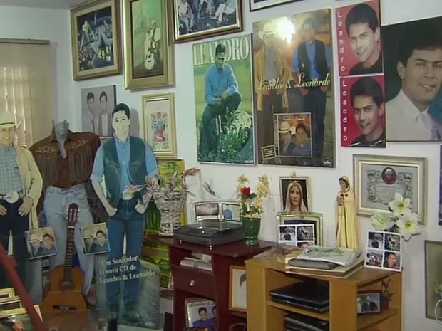 Casa de Apoio São Luiz conta com espaço destinado a pertences do cantor Leandro, em Aparecida de Goiânia, Goiás (Foto: Reprodução/ TV Anhanguera)