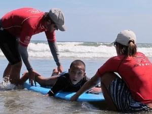Rapha e os professores de surf (Foto: Mariane Rossi/G1)