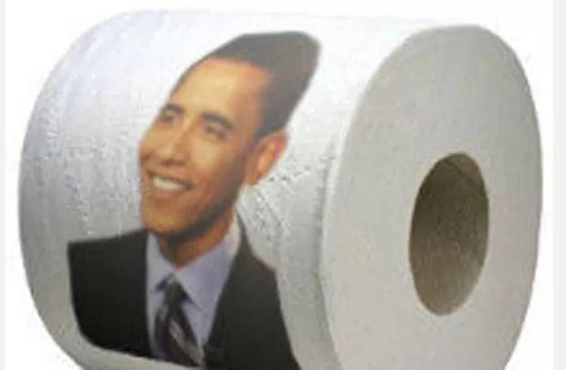Clint Pierce foi demitido por colocar um rolo de papel higiênico que trazia o rosto do presidente americano, Barack Obama. (Foto: Reprodução)