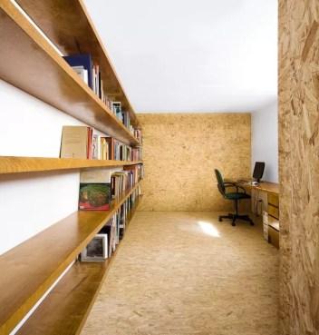 """O OSB aparece revestindo o piso e duas paredes do escritório e ajuda a """"aquecer"""" o cômodo, localizado no porão da casa (Foto: Maíra Acayaba / Divulgação)"""