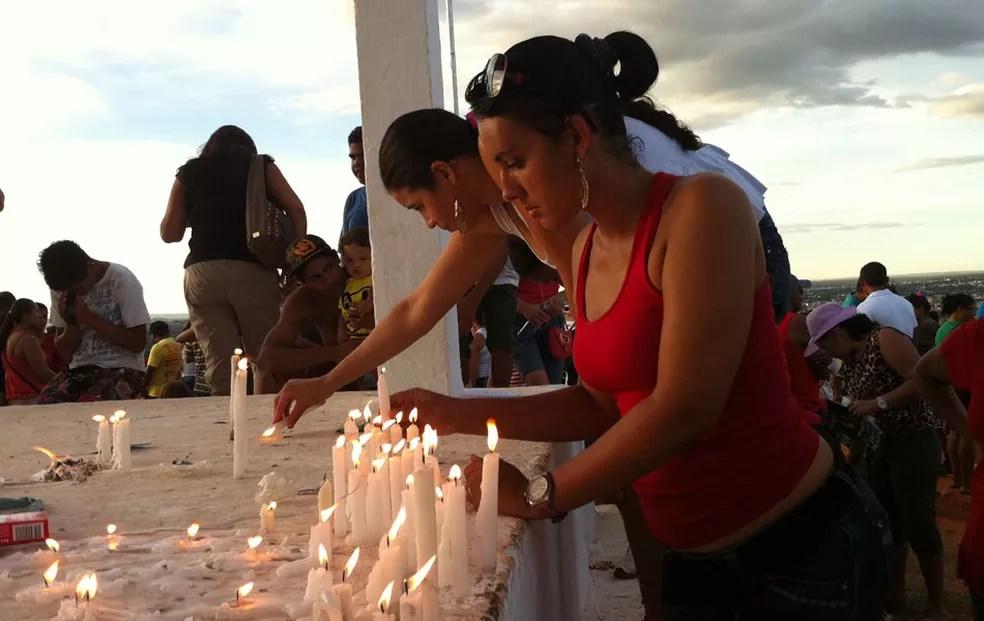 Fiéis seguem pagando promessas e acendendo velas durante exibição da Via Sacra de Planaltina — Foto: Felipe Néri/G1