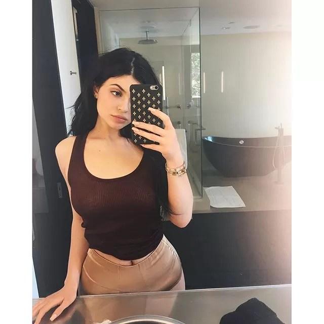 Kylie Jenner Posta Selfie Sexy E Seguidores Suspeitam De