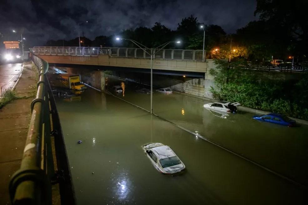 Tempestade Ida alaga via expressa no bairro do Brooklyn, em Nova York, na madrugada de 2 de setembro de 2021 — Foto: Ed Jones/AFP