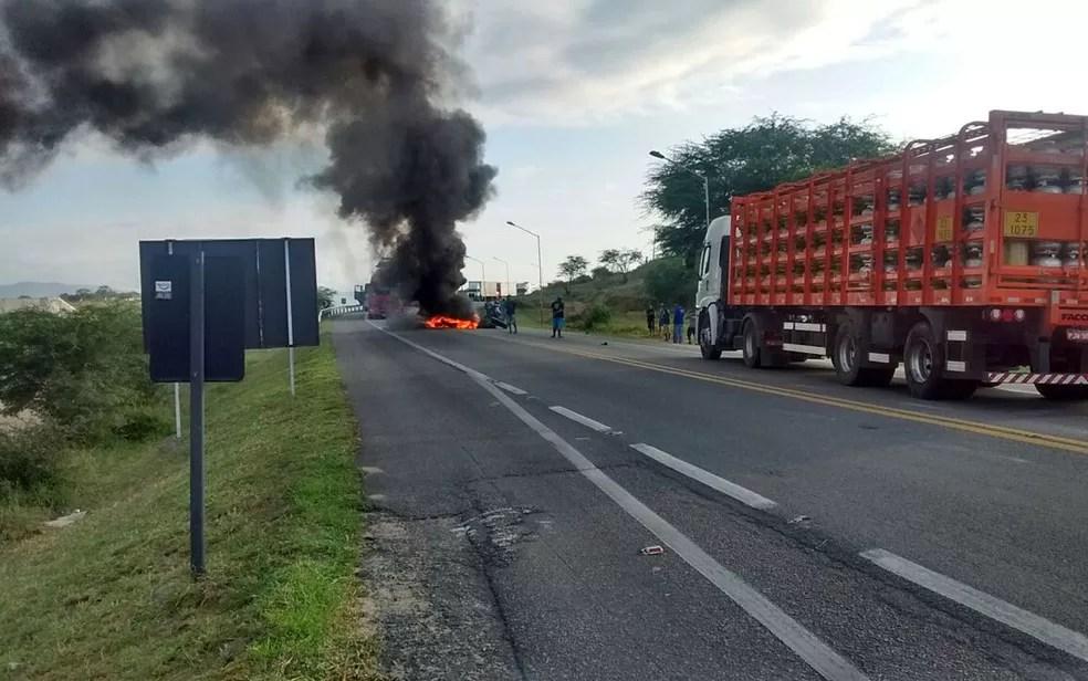 Bloqueio feito por manifestantes na BR-116, em Jequié, no sudoeste da Bahia (Foto: Divulgação/ ViaBahia)