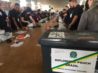 Justiça Eleitoral lacra urnas para mandar para o exterior — Foto: Gabriel Luiz/G1