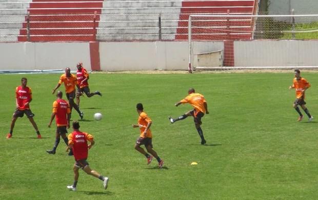 Atacante do CRB, Reinaldo Alagoano arrisca de longe durante treinamento (Foto: Caio Lorena / Globoesporte.com)