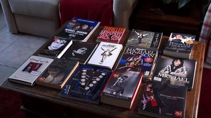 Coleção de livros sobre Michael Jackson  (Foto: reprodução EPTV)