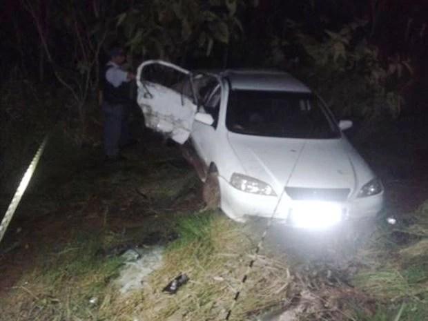 Carro de passeio atingiu poste às margens da MT-242, entre Sorriso e Ipiranga do Norte. (Foto: MT Notícias)