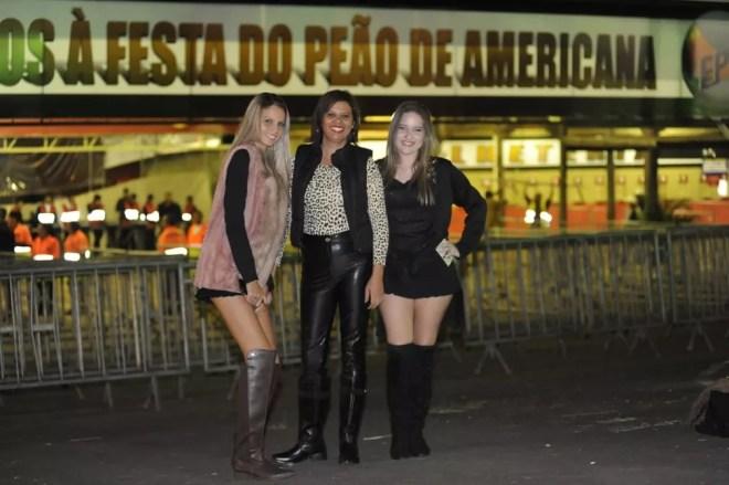 As amigas Riany, Júlia e Kelly, de Americana (SP), marcam presenta na primeira noite da Festa do Peão — Foto: Júlio César Costa/G1