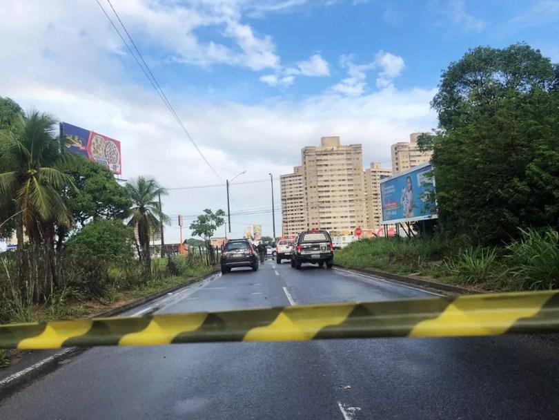 Suspeitos foram baleados no final da madrugada desta segunda-feira (11) em uma rua lateral a loja de material Leroy Merlin — Foto: Mariana Rocha/Inter TV Cabugi