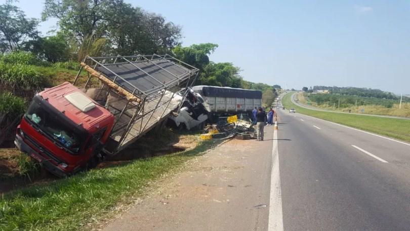 Caminhão e carreta colidiram na madrugada desta terça-feira (17) em Mogi Mirim (Foto: André Natale/EPTV)