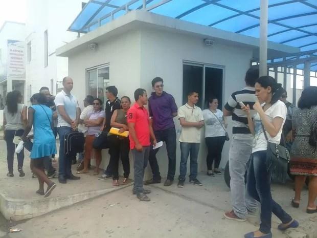 Candidatos do concurso para professor no Maranhão do lado de fora da Facam (Foto: Alessandra Rodrigues / Mirante AM)