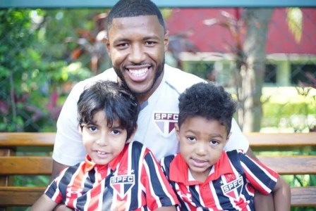 Jucilei, com os filhos Kauã e Robert: volante espera seguir no São Paulo em 2018 (Foto: Jair Pimentel)