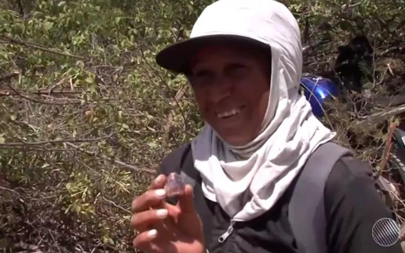 Mulher exibe ametista que achou em mina da cidade (Foto: Reprodução/ TV São Francisco)