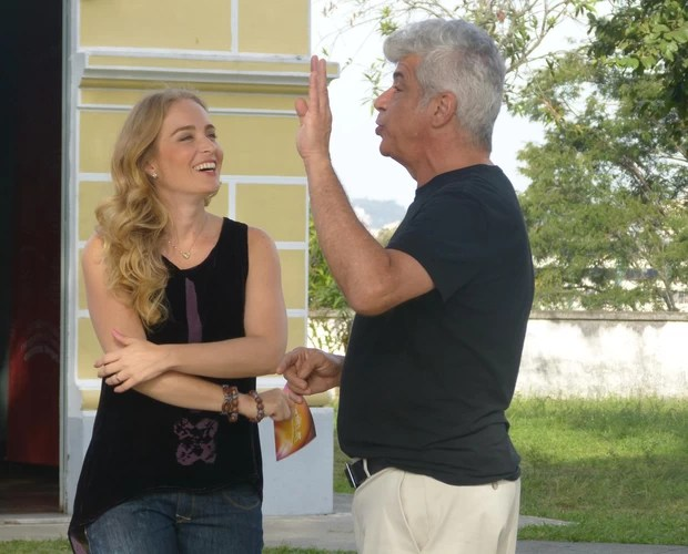 Angélica se diverte durante gravação com Lulu Santos (Foto: Estrelas/TV Globo)