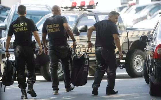 Policiais federais envolvidos na Operação Eficiência chegam com documentos à sede da PF (Foto: Gabriel de Paiva/ Ag. O Globo)
