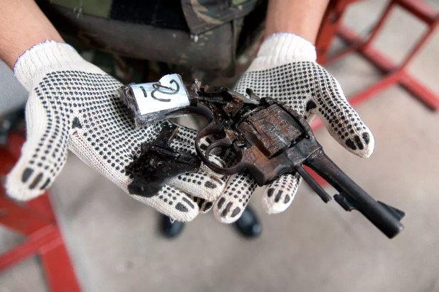 Arma pré-destruída após passar por prensa em quartel do Exército, em São Paulo; depois, é encaminhada para ser derretida em siderúrgica (Foto: Marcelo Brandt/G1)