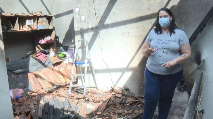 Cynthia Lima acordou de madrugada para beber água e viu incêndio, provavelmente causado por celular que carregava na tomada.  — Foto: TV Globo /Reprodução