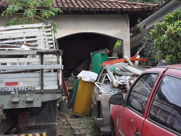 Foram retirados mais de 20 caminhões de lido de dentro da casa (Foto: Assessoria/Divulgação)