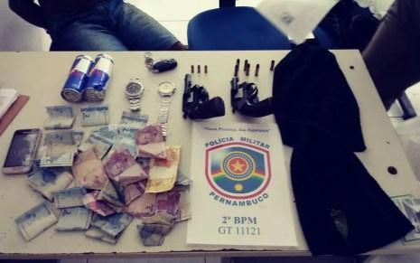 Revólveres e dinheiro foram apreendidos após perseguição na Zona da Mata Norte de Pernambuco (Foto: Reprodução/WhatsApp)