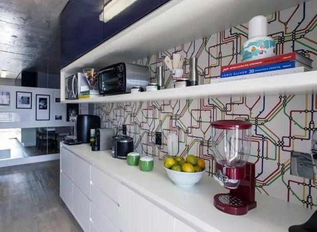 A cozinha recebeu armários executados pela Marcenaria Maple. E papel de parede que imita linha de metrô de Nova York, à venda na Alfa Decor (Foto: Gustavo Awad/Divulgação)