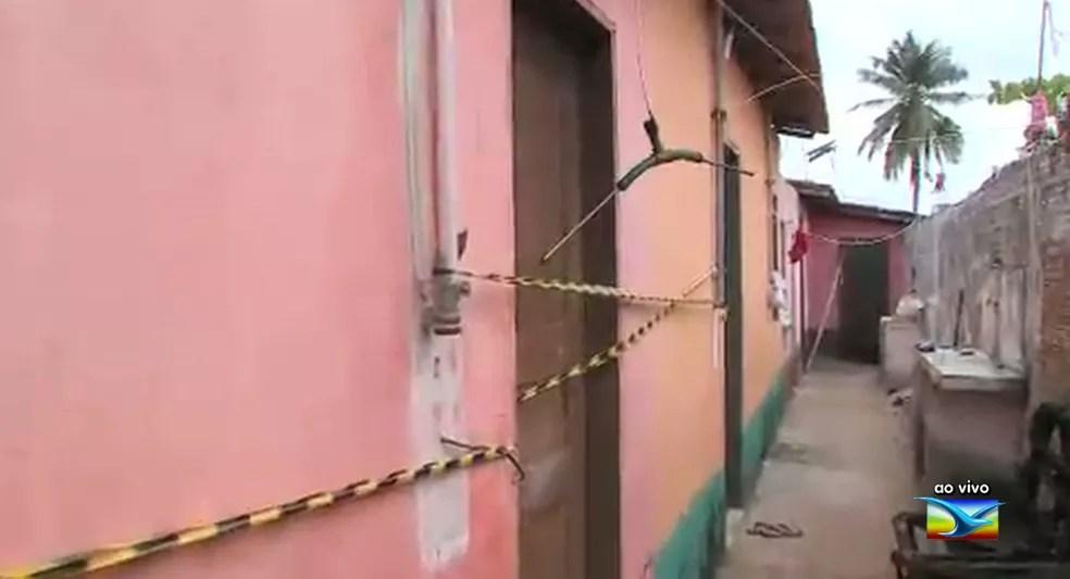 Vítima teve o corpo queimado e foi trancada em casa pelo suspeito.  — Foto: Reprodução/TV Mirante