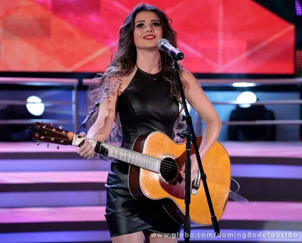Paula Fernandes canta seus sucessos no Domingão