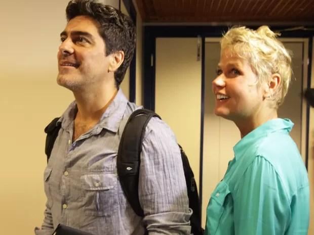 Ao lado de Junno, Xuxa se surpreende com cenário do estúdio (Foto: TV Xuxa / TV Globo)