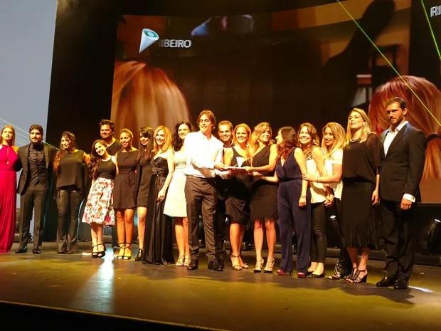 """Vencedores da categoria """"Campanha Integrada"""" recebem seu prêmio (Venceu a campanha da seda / Unilever) (Foto: Karina Trevizan/G1)"""
