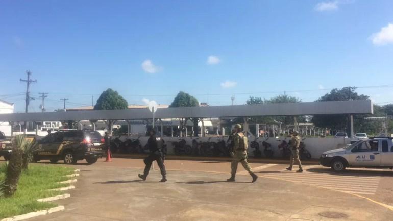 Fernandinho Beira-Mar foi escoltado por Policiais Federais e Agentes Penitenciários Federais durante transferência de presídio de Rondônia para outro estado (Foto: Hosana Morais/G1)