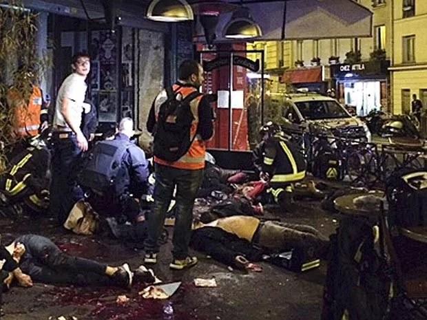 Atentados de Paris deixaram 130 mortos e dezenas de feridos  (Foto: Anne Sophie Chaisemartin/AP)