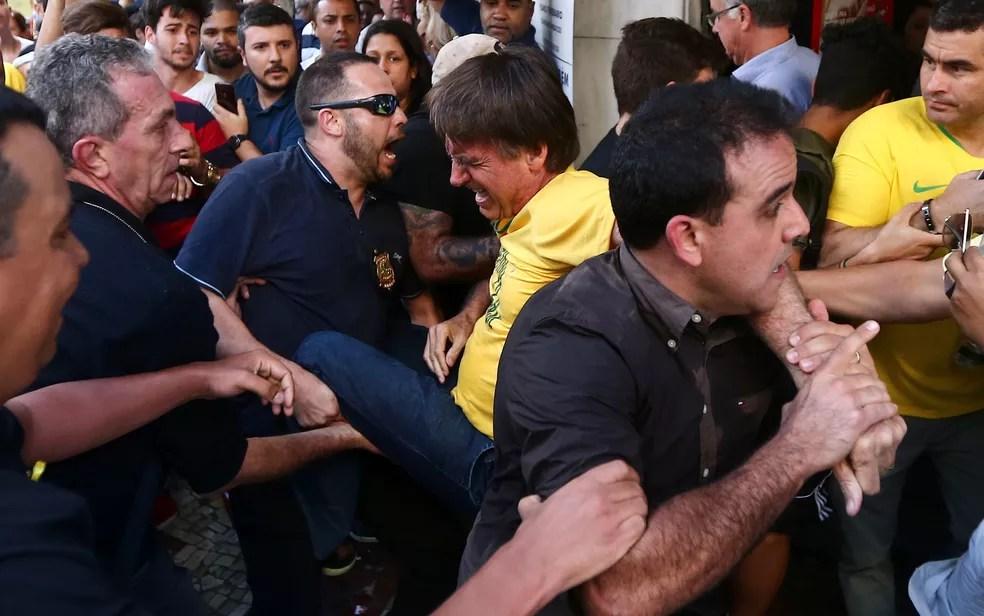 foto bolsonaro - Bolsonaro leva facada durante ato de campanha em Juiz de Fora, diz Polícia Militar de Minas