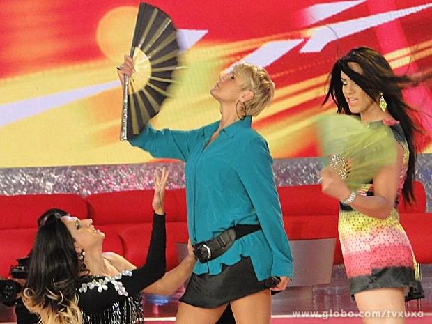 Xuxa ao lado de convidadas da plateia (Foto: TV Xuxa / TV Globo)