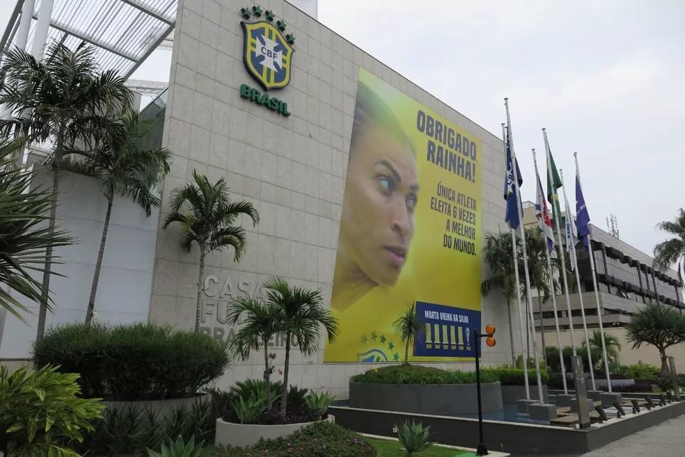 Marta recebe homenagem da CBF — Foto: CBF