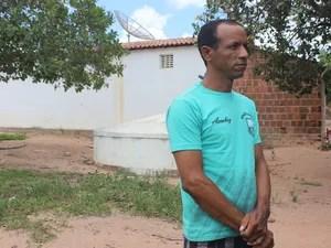 Josié Rodrigues mora do lado do poço público e gasta R$ 30 pela carrada de água  (Foto: Catarina Costa/G1 PI)