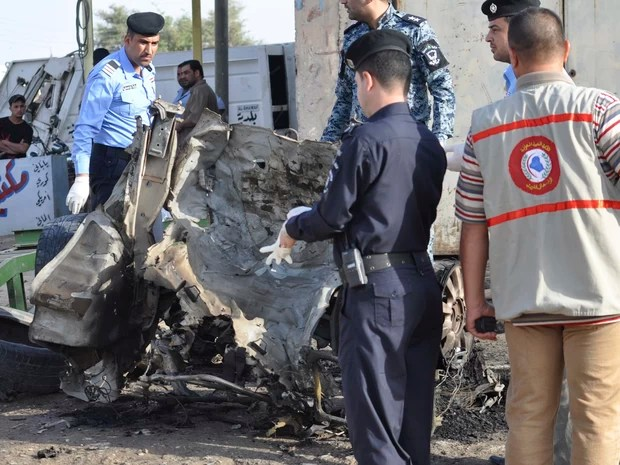 Forças de segurança iraquianas inspecionam o local de um ataque de carro-bomba nesta segunda-feira (15) em Nassiriya, no Iraque (Foto: REUTERS/Stringer)