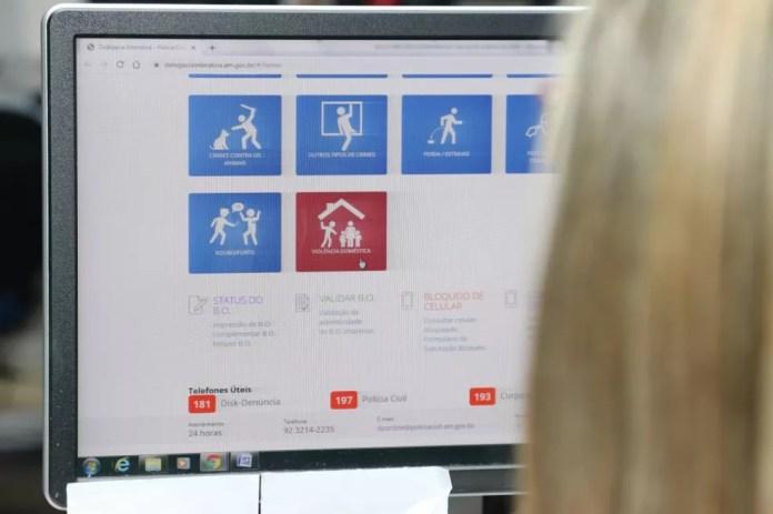 mulher pode preencher um formulário e registrar o Boletim de Ocorrência, por meio do computador, tablet ou smartphone. — Foto: Divulgação/PC AM