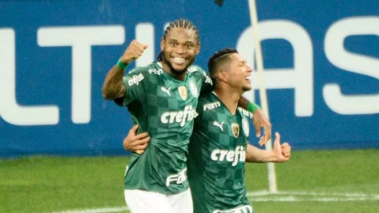 Luiz Adriano e Rony comemoram gol do Palmeiras