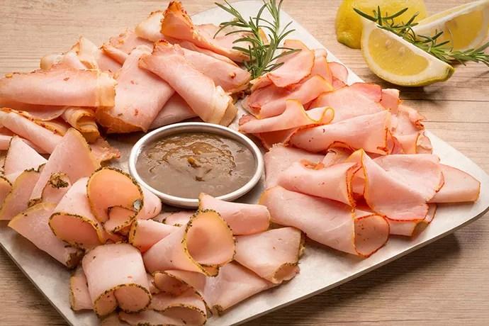 Peito de frango defumado também pode estar em uma tábua exclusiva (Foto: Divulgação)
