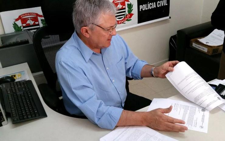 Delegado Hamilton Caviolla Filho analisa laudo do IML sobre morte da bebê na creche, em Campinas (Foto: Patrícia Teixeira / G1)